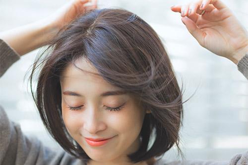 ウィッグを固定して自然なヘアスタイルを維持!ズレ予防の方法を紹介